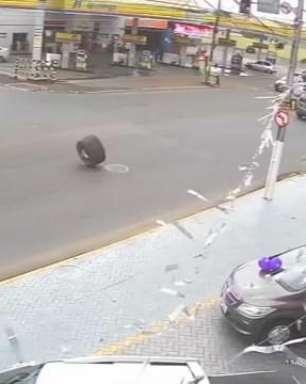 Pneu solta e atinge carro de concessionária em Ponta Grossa
