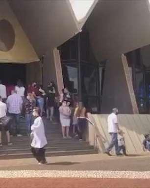 Fiéis acompanham missas do lado de fora da Catedral Nossa Senhora Aparecida