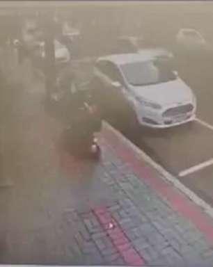 Vídeo: mulher é flagrada conduzindo triciclo depois de furto