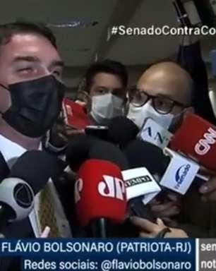Flávio gargalha sobre indiciamento de Bolsonaro pela CPI
