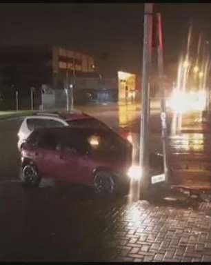Acidente entre dois carro é registrado na Avenida Brasil