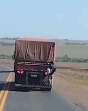 Vídeo: homem é visto agarrado em traseira de caminhão em movimento pela BR 163