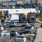 Avião sai da pista e pousa no meio de avenida no Irã