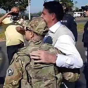 Bolsonaro ignora máscara e cumprimenta apoiadores em Goiás