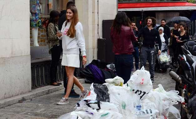 """Paris: """"bola de pano"""" chama atenção para mendigos em desfile"""