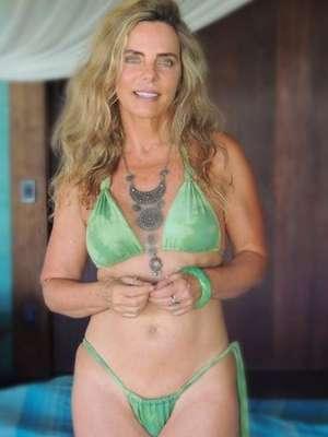 Aos 66 anos, Bruna Lombardi sensualiza com micro-biquíni
