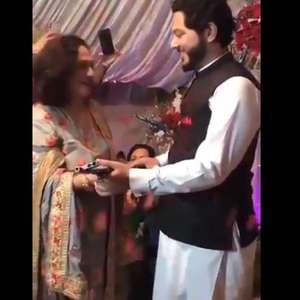 Noivo ganha fuzil AK-47 de presente da sogra em casamento