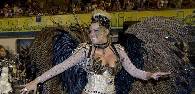 Ellen Rocche usa fantasia ousada em desfile das campeãs