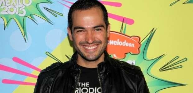 Poncho Herrera se besa con otro actor en desfile gay