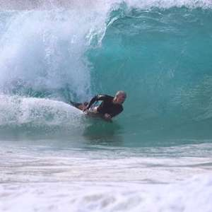 Surfista é mordido no rosto por tubarão em Noronha