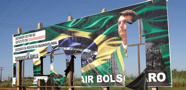 Haddad pede inelegibilidade de Bolsonaro por outdoors