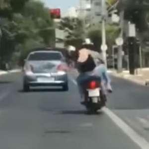 Casal troca socos em moto em movimento; veja vídeo