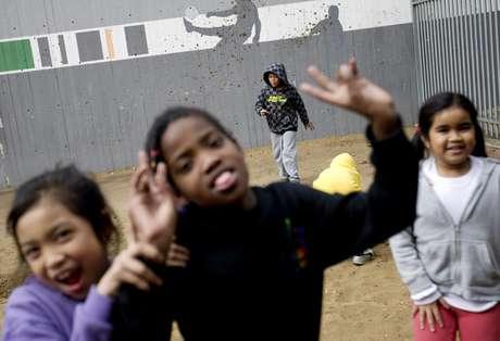 Hijos de inmigrantes africanos juegan en un patio en la escuela Bialik-Rogozin en Tel Aviv, Israel. La imagen corresponde al 28 de febrero de 2011. La UNESCO dijo el martes 1 de marzo que 67 millones de niños no van a la escuela, incluidos 28 millones que están atarpados en conflictos armados.