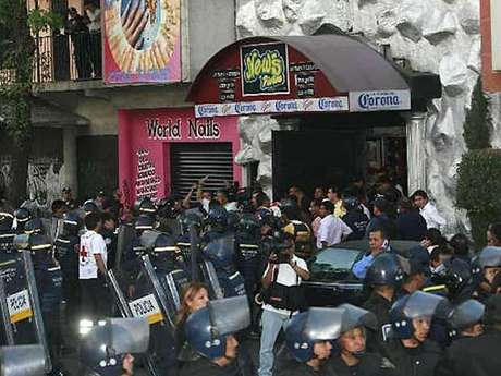 La incursión policiaca en el News Divine, que terminó en la muerte.