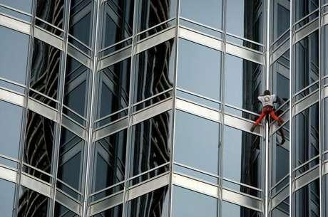 El escalador francés Alain Robert, más conocido como 'Spiderman', emprendió en Dubai un nuevo reto con el ascenso a la torre Burj Jalif, la más alta del mundo.