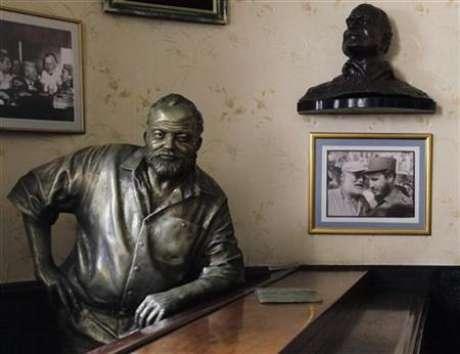 Foto de archivo de una estatua de bronce del escritor estadounidense Ernest Hemingway en el bar Floridita de La Habana, jul 1 2010. El legado del escritor estadounidense Ernest Hemingway en Cuba, donde vivió por más de 20 años hasta la década de 1960, está siendo recuperado gracias a una reciente flexibilización de Estados Unidos que facilita los viajes de académicos a la isla de gobierno comunista.