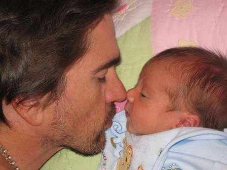 Juanes y su hijo. Como parte de la celebración del día del padre queremos rendir un homenaje a esos famosos que se han fotografiado junto a sus hijos y que han hecho público el gran amor que sienten por ellos.