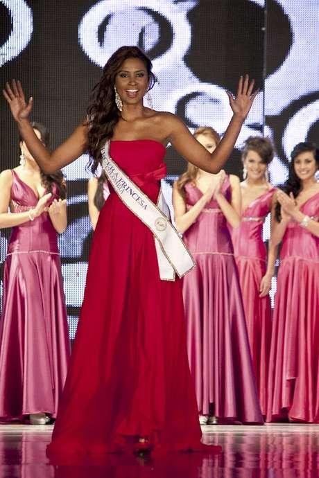 Dina Mina, Señorita Bogotá 2010 y capitana de uno de los equipos del concurso de 'La Batalla Real' se despidió de la corona agradeciendo a todos los que estuvieron a su lado durante el año de reinado.