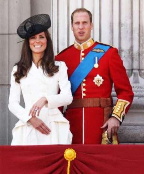 Para celebrar el tradicional desfile de honor por el cumpleaños de la Reina, la duquesa Catalina lució un increíble abrigo entallado en color blanco, uno de sus colores favoritos, acompañado por un tocado negro.
