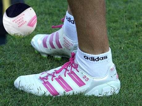 El fútbolista David Beckham mandó a hacer unos guayos que llevan los nombres de sus cuatro hijos como se puede ver en la fotografía.