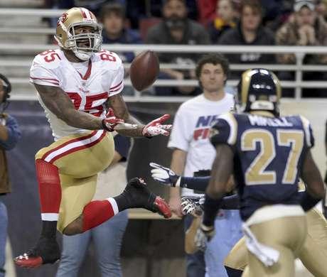 Vernon Davis de los 49ers de San Francisco, a la izquierda, atrapa un pase en el partido ante los Rams de San Luis el domingo 1 de enero de 2012.