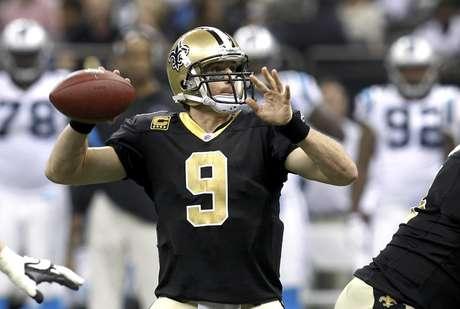 El quarterback de los Saints de Nueva Orleans Drew Brees lanza un pase durante el primer cuarto del partido contra los Panthers de Carolina el domingo 1 de enero de 2012.