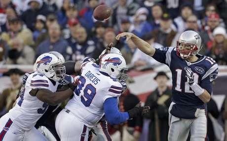 El quarterback de los Patriots de Nueva Inglaterra Tom Brady (12) lanza un pase en el partido contra los Bills de Buffalo Bills el domingo 1 de enero de 2012.