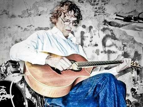 """El músico argentino Luis Alberto Spinetta, uno de los compositores de rock más populares rock latino, murió a los 62 años a causa de un cáncer de pulmón. El """"Flaco"""" había sido dado de alta el pasado 30 de enero de un centro médico de Buenos Aires luego de una operación de divertículos."""