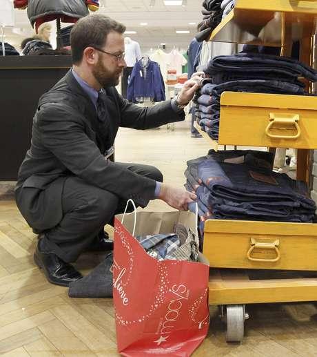 Foto del 13 de diciembre del 2011 de un comprador en los grandes almacenes Macy's de Chicago. Muchos minoristas cerraron la temporada navideña con sólidas ventas en diciembre.