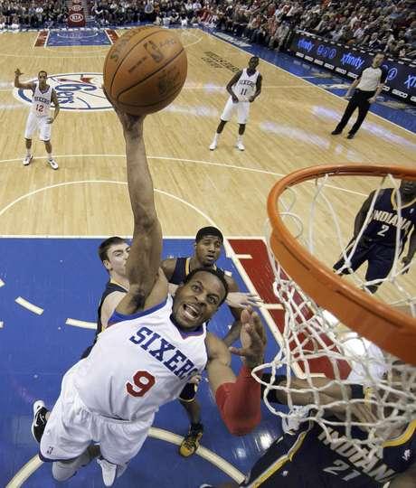 Andre Iguodala (9), de los 76ers de Filadelfia, intenta una canasta contra los Pacers de Indiana, el lunes 9 de enero de 2012, en Filadelfia.