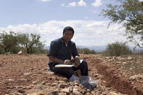 El investigador Jason de León en el desierto de Sonora, en Arizona, en agosto del 2011. De León es un antropólogo que recopila objetos abandonados por inmigrantes en la frontera entre México y Estados Unidos.