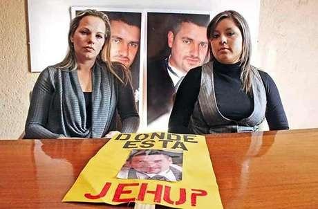Yadira Sepúlveda (izq.) y Janneth Olazarán, hermana y esposa de Jehú, respectivamente, no se explican los nulos resultados de la Procuraduría Estatal.