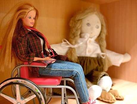 En  1997,  Mattel  presentó  'Share a Smile Becky',  una muñeca en silla de ruedas .  Kjersti Johnson,  una adolescente con palsy cerebral, les hizo ver que la silla de ruedas no entraba en el ascensor de la casa de juguete de Barbie, por lo que la compañía decidió rehacer la casa para adaptar a la nueva Barbie.