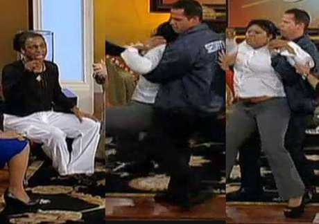 Eubank, con camiseta negra, es atacado por la madre de una de las víctimas