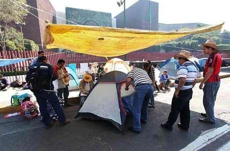 Integrantes de CNTE instalaron ayer un plantón frente a la sede de la Cámara de Diputados en protesta por la Alianza por la Calidad de la Educación.