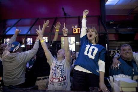 La afición de Gigantes de Nueva York festeja el triunfo de su equipo.