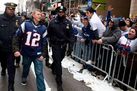 Este aficionado osó en colocarse el jersey del quarterback de los Patriotas ante miles de seguidores de los Gigantes