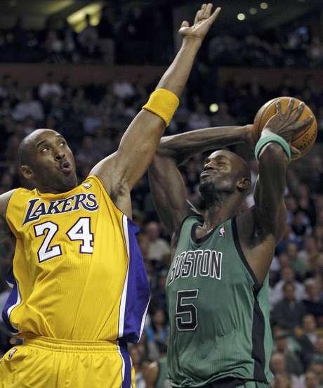 Kevin Garnett (5), de los Celtics de Boston, lanza frente a Kobe Bryant (24), de los Lakers de Los Angeles, durante el segundo cuarto de un partido de la NBA en Boston, el jueves 9 de febrero de 2012.