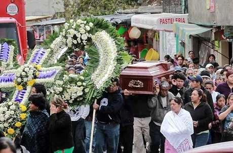 Unos 200 familiares y vecinos de José Manuel Mendoza Gil, uno de los tres linchados, acudieron al entierro del joven de 26 años.