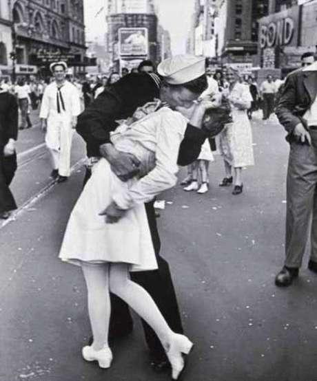 Esta imagen es quizá la más conocida de la lista. El beso (no del todo espontáneo) fue una celebración por el fin de la Segunda Guerra Mundial en el Time Square. Fue fotografiado por Alfred Eisenstaedt el 14 de agosto 1945 y fue portada de la revista Life. La enfermera, Edith Shain, se convirtió en un ícono de la libertad. Ella llamó al fotógrafo 30 años después para revelarle su identidad. En el momento de la foto, solo tenía 26 años. El marinero, sin embargo, sigue siendo desconocido. Shain falleció a los 91 años en 2010.