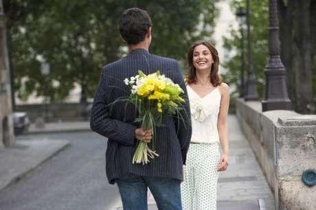 No tienes que hacer algo espectacular en la primera salida, un detalle como flores o chocolates pueden ser algo romántico sin caer en la exageración.