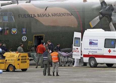 """Miembros de la quemada estación antártica brasileña """"Comandante Ferraz"""" llegan al aeropuerto de Punta Arenas, 25 febrero, 2012."""