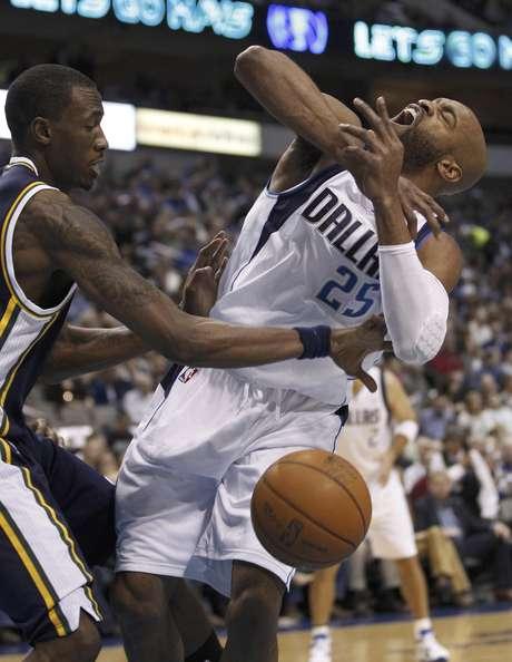 Josh Howard (8), del Jazz de Utah, le quita la pelota a  Vince Carter (25), de los Mavericks de Dallas, durante un partido de la NBA, el sábado 3 de marzo de 2012, en Dallas.