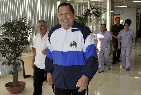 El ministro de Comunicación de Venezuela, Andrés Izarra, difundió fotografías del presidente Hugo Chávez, en las que camina y conversa con el líder cubano Fidel Castro, encuentro al que se sumó el jefe de Estado, Raúl Castro.