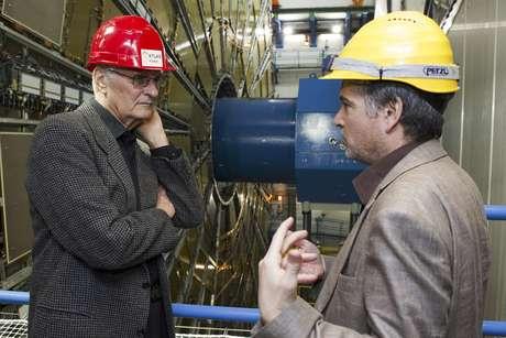"""El actor estadounidense Alan Alda (izquierda) habla con el físico Steven Goldfarb mientras visita la zona """"Atlas"""" de experimentación del laboratorio de la Organización Europea para la Investigación Nuclear (comúnmente conocida como CERN) en Meyrin, cerca de Ginebra, el miércoles 7 de marzo de 2012."""