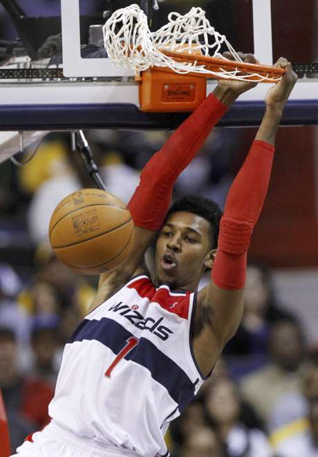Nick Young, de los Wizards de Washington, hace una volcada para anotar contra los Lakers de Los Angeles durante un partido de la NBA en el Verizon Center, en Washington, el miércoles 7 de marzo de 2012. Los Wizards ganaron 106-101.