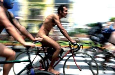 Con la reciente marcha ciclonudista que se celebró en Perú y Santiago de Chile para exigir respesto a los automovilistas, se abrió el camino para recordar las protestas nudistas que hicieron historia en el mundo. Lejos de la innovación, este recurso es viejo y conocido desde hace varios años. La imagen muestra algunos manifestantes en Lima pidiendo respesto por sus vidas.