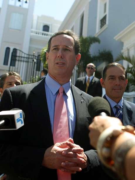 Rick Santorum habla con los reporteros luego de dejar La Fortaleza, donde se reunió con el Gobernador Luis Fortuno