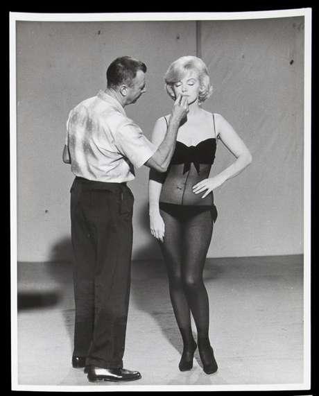 """En esta foto de 1960 difundida por Julien's Auctions, Allan """"Whitey"""" Snyder maquilla a Marilyn Monroe en el plató de """"La adorable pecadora"""". La imagen es parte de la subasta Leyendas de Hollywood de la casa Julien's Auctions, a realizarse entre el 31 de marzo y el 1 de abril del 2012 en Beverly Hills, California."""