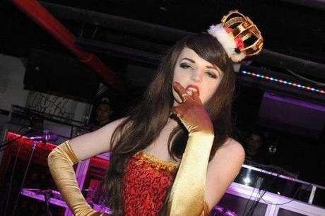 Katrina Darling, prima lejana de la duquesa Catalina de Cambridge, vestida para su espectáculo de striptease